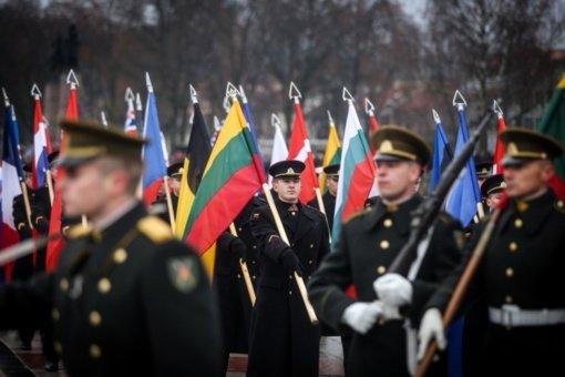 Lietuvos kariuomenės dienos proga pirmąsyk suplevėsuos visų keturių pajėgų vėliavos