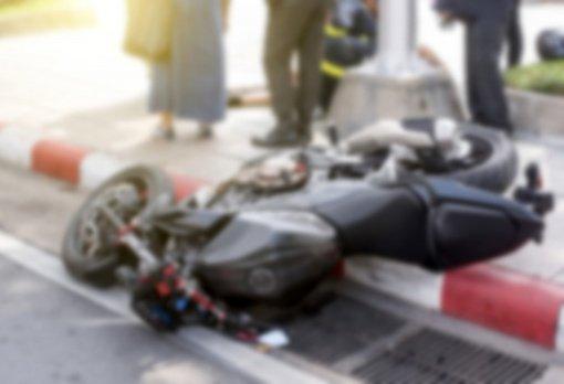 Vilniuje nuo policijos bėgęs neblaivus ir beteisis motociklininkas atsitrenkė į vartus