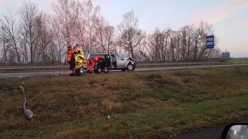 Panevėžio rajone susidūrė du automobiliai: prispaustas žmogus
