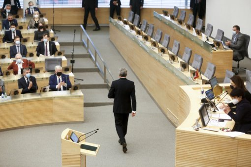 Dėl sąlyčio su sergančiuoju koronavirusu izoliavosi 14 Seimo narių
