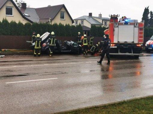 Šilainiuose smarki avarija: merginą iš sumaitoto automobilio vadavo ugniagesiai
