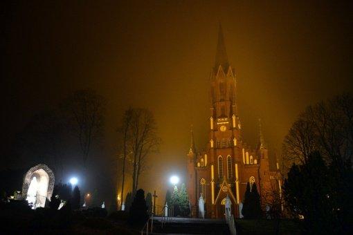 Šilalės Šv. Pranciškaus Asyžiečio bažnyčia nušvito oranžine spalva