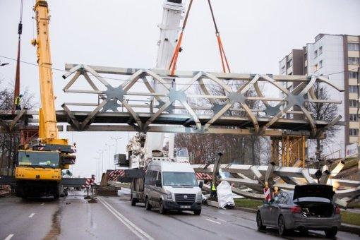 Jonavos pėsčiųjų tiltas užkeltas ant laikinų atramų