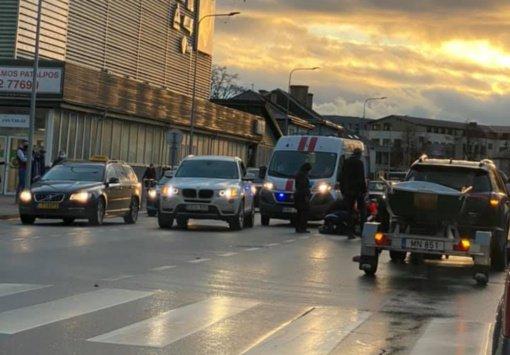 Jonavoje pėsčiųjų perėjoje automobilio partrenkta senolė ligoninėje mirė