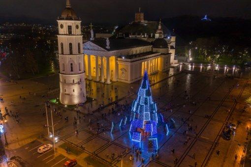 Vilnius įžiebė siurrealistinę eglę