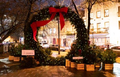 Vilniuje sužibo ir didžiausias kalėdinis vainikas