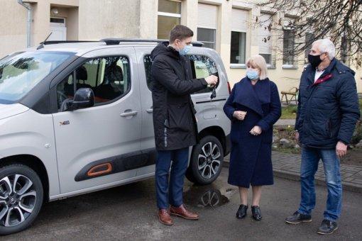Kulvos vaikų namams perduotas naujas automobilis