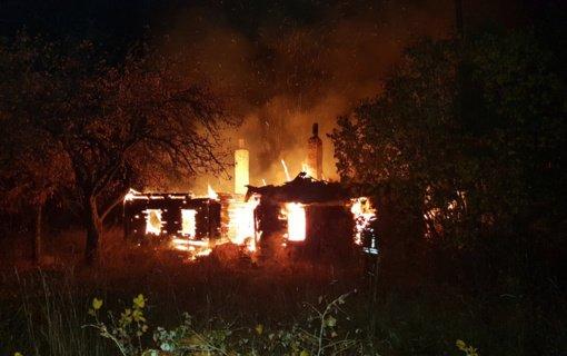 Derceklių kaime dega namas ir malkinė