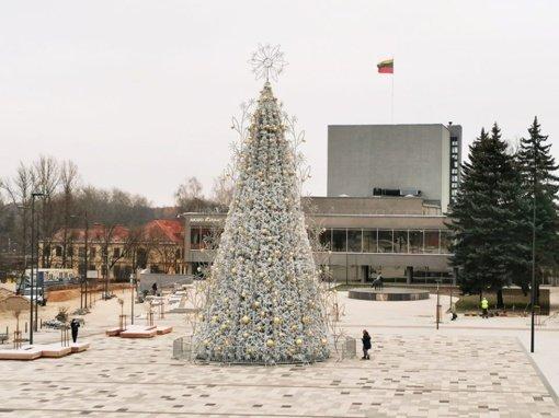 Užgeso elegantiška Panevėžio Kalėdų eglė