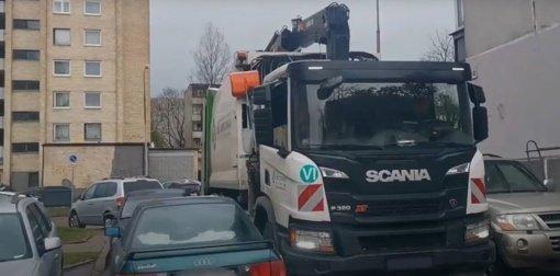 Gyventojų automobiliais blokuojamas privažiavimas prie konteinerių trukdo išvežti atliekas