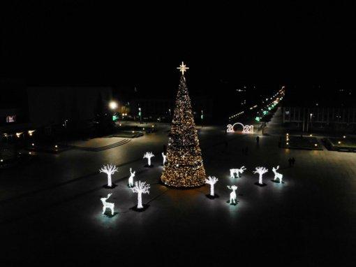 Gražuolė Kalėdų eglė Marijampolėje įžiebta tyliai ir saugiai