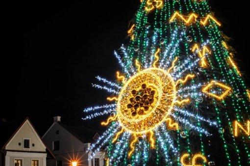 Kėdainių Didžiosios Rinkos aikštėje suspindo Kalėdų eglė
