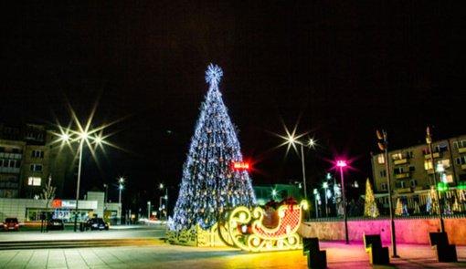 Radviliškyje įžiebta Kalėdų eglė ir Kalėdinių eglučių alėja