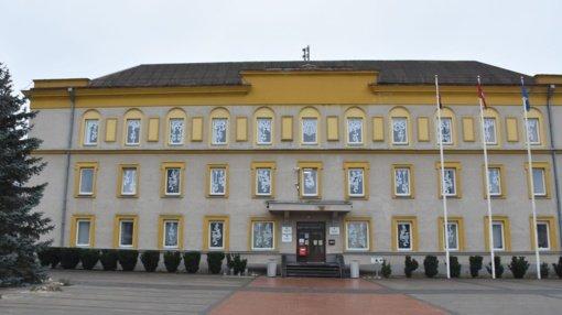 Savivaldybės langus papuošė Varėnos moksleivių kūrybos centro kurtos dekoracijos