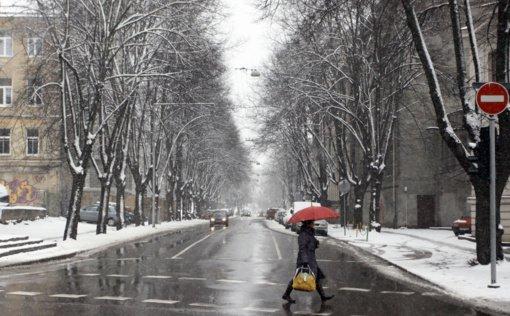 Kaip išvengti traumų, kai gatvės virsta čiuožykla: eikite lėčiau ir reguliariai mankštinkitės