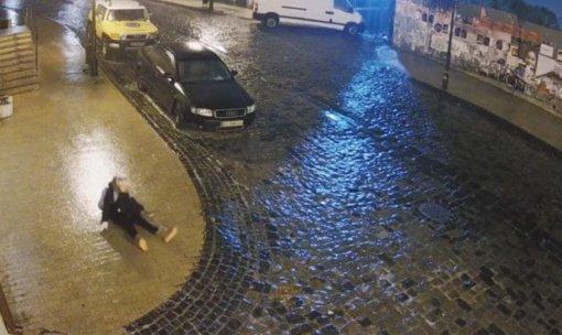 Mergaitės mėginimas paeiti slidžia gatve prajuokino tūkstančius (vaizdo įrašas)