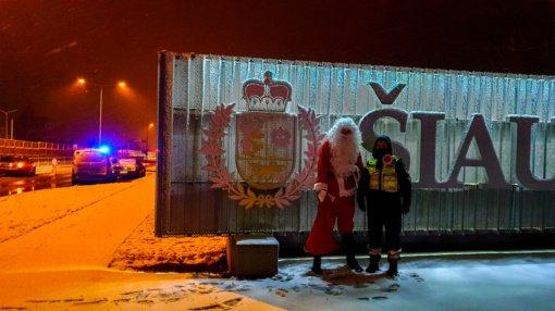 Kalėdų išvakarėse dirbę pareigūnai sulaukė... Kalėdų Senelio