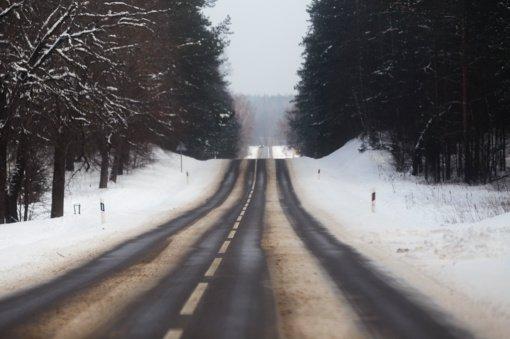 Kelininkai įspėja: naktį eismo sąlygas sunkins plikledis ir snygis, kai kur tvyros rūkas