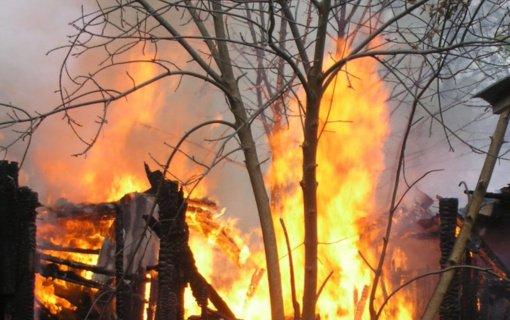 Saugų kaime dega ūkinis pastatas