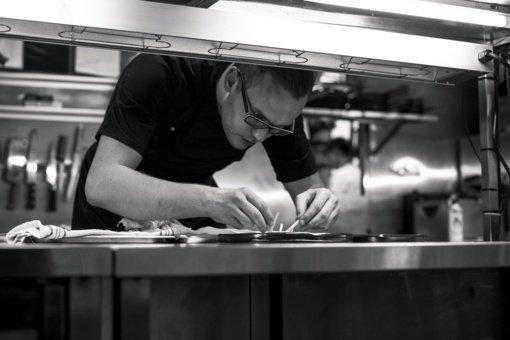 Virtuvės šefas Rokas Vasiliauskas: apie vaikystėje žiūrėtas kulinarines laidas bei didelį užsispyrimą siekti savo tikslų
