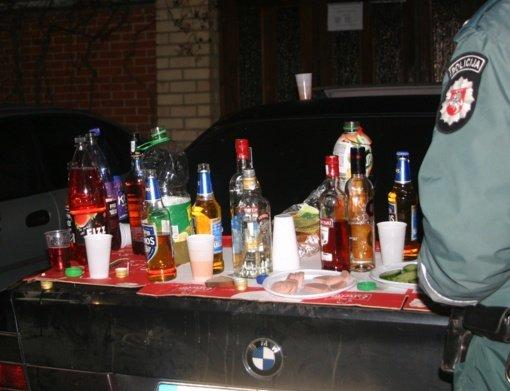 Išgertuvėse – tuščiu degtinės buteliu per galvą