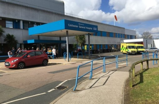 Į Anglijos ligonines braunasi koronaviruso neigėjai