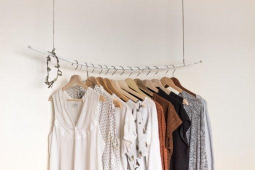 Naujų metų pasižadėjimai ir spintų valymas – proga atsisakyti sveikatai kenkiančių drabužių ir avalynės
