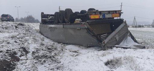 Kelmės rajone eismo įvykis: nuo kelio nuvažiavo vilkikas