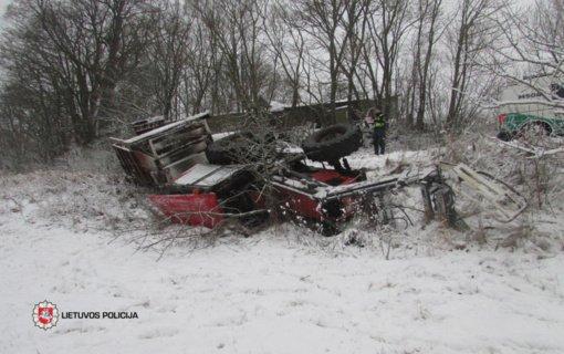 Vartelių kaime apsivertė traktorius: nukentėjo keleivė