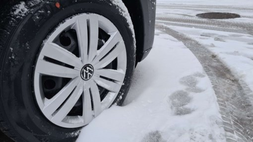 Mažeikiuose neblaivus ir teisių neturintis vairuotojas kliudė du automobilius