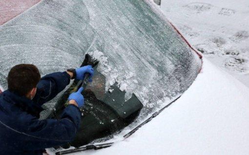 Šiltas vanduo, kumščiai ir tirpikliai – ekspertai pataria, kokios priemonės padės užšalus automobilio durelėms ir langams