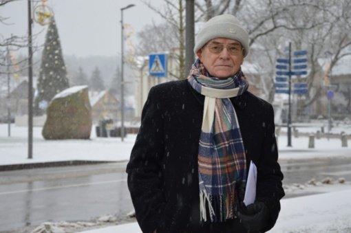 Koncertmeisteris Valerijus Gratulevičius, nulipęs nuo didžiosios scenos, kūrybinį polėkį atrado tapyboje…