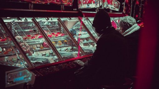 Nuo lošimų priklausomas vilnietis palūžo lošimo namuose: iš pykčio mėtė stalus, sudaužė televizorius