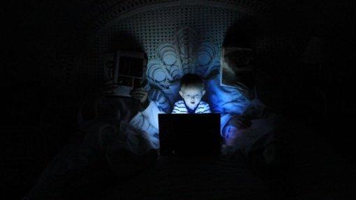 """Internete jaunieji chuliganai virsta ereliais: berniukui grasino """"sulaužyt"""" ir """"nušluoti namą"""""""