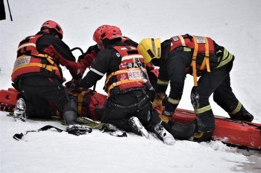 Prabaudos tvenkinyje į ledinį vandenį įlūžo žmogus