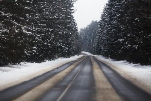 Dėl kelias paras trunkančio snygio Anykščiuose sustiprintos kelių priežiūros pajėgos