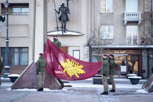Savanorių pajėgų vėliava pirmą kartą suplevėsavo prie LR Seimo