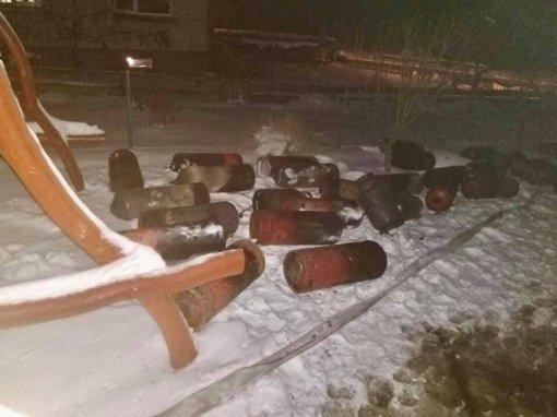Juodausių kaime iš degančio pastato ugniagesiai išnešė 40 dujų balionų
