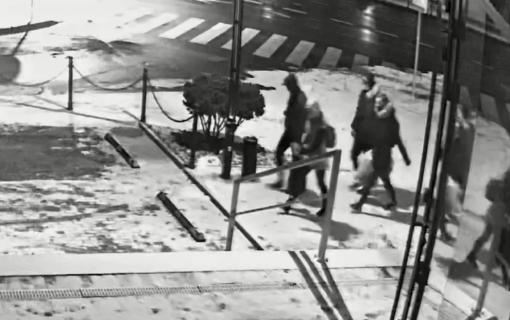 Kaune apvogtas turgavietės kioskas: pareigūnai prašo atpažinti asmenis