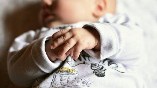 Panevėžyje namo laiptinėje kūdikį palikusi motina lanko mažylį ir bando įgyti motinystės įgūdžius
