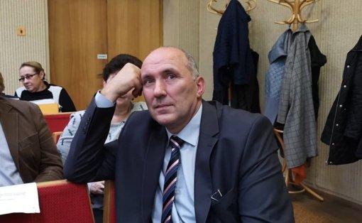 Valdančiųjų vienybė silpsta užsimojus keisti administracijos direktorių