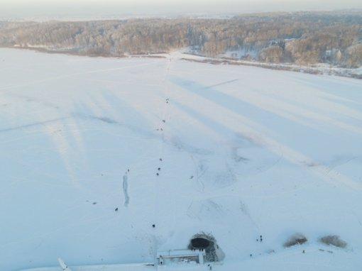 Ledinės pramogos Šiauliuose: užšalus ežerams, miestelėnai išbando ledą