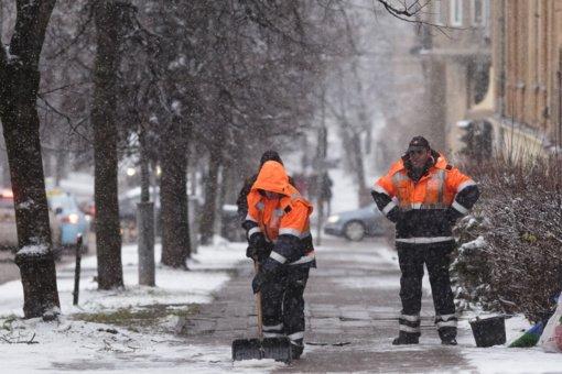 """""""Grinda"""": intensyvaus eismo sostinės gatvės sėkmingai valomos, tačiau mažosioms gatvelėms teks palaukti"""