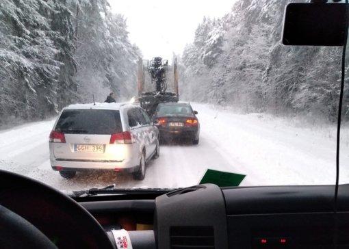Dėl vilkikų avarijų susidarė spūstys abiem kelio Vilnius-Kaunas kryptimis