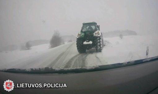 Trakų rajone išaiškintas neblaivus sniegą valiusio traktoriaus vairuotojas (vaizdo įrašas)