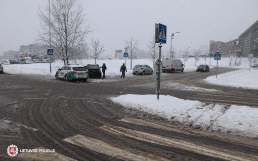 Eismo įvykiai Vilniuje: vilkikas prispaudė langus nusivalyti išlipusį automobilio vairuotoją
