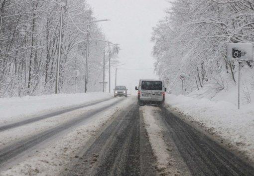 Eismo sąlygas sunkina snygis ir šlapdriba, naktį eismo sąlygas sunkins snygis ir plikledis