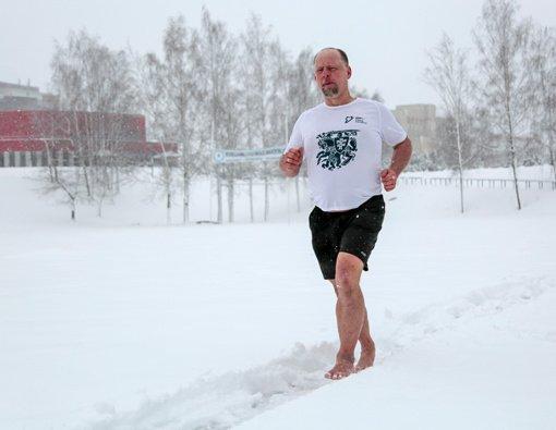 Marijampolietis gimtadienį paminėjo bėgimu basomis per sniegą