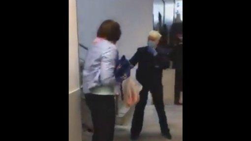 Nufilmuotos aršios peštynės parduotuvėje: pirkėja be kaukės siautėjo ir puldinėjo darbuotojas