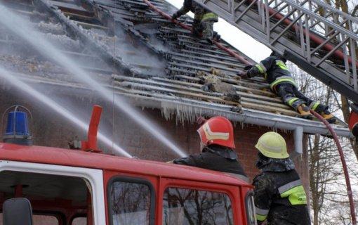 Radviliškyje atvira liepsna degė ūkinis pastatas